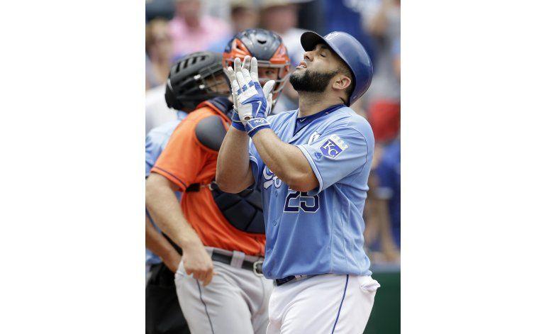 Morales batea 2 jonrones y Reales vencen a Astros