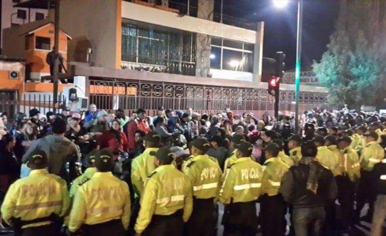 Desalojan a cubanos que acampaban frente a embajada de México en Quito