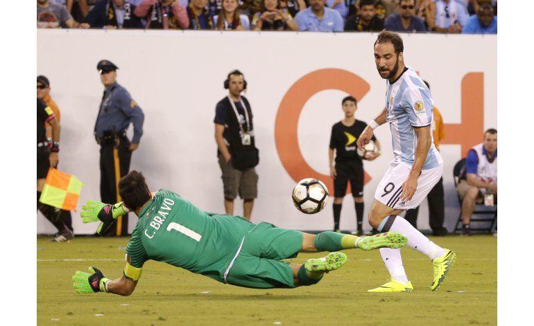 Higuaín suma otra pifia en una final perdida por Argentina