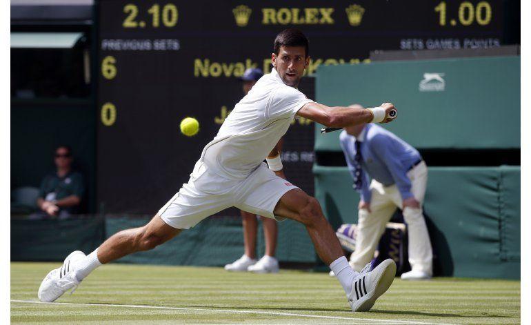 Djokovic inicia búsqueda de 3er título seguido en Wimbledon