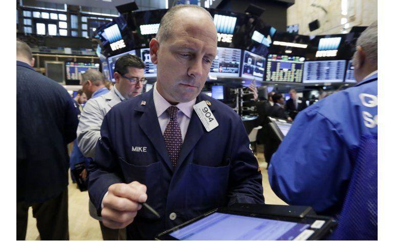 Wall Street cierra en baja; la libra sigue cayendo