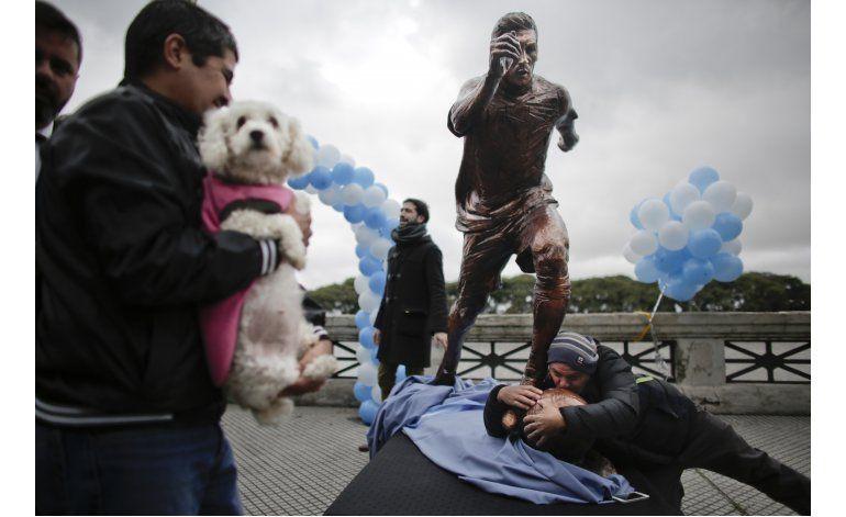 Argentinos no se resignan, inauguran estatua de Messi