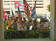 exiliados cubanos en miami protestan contra el gobierno de ecuador