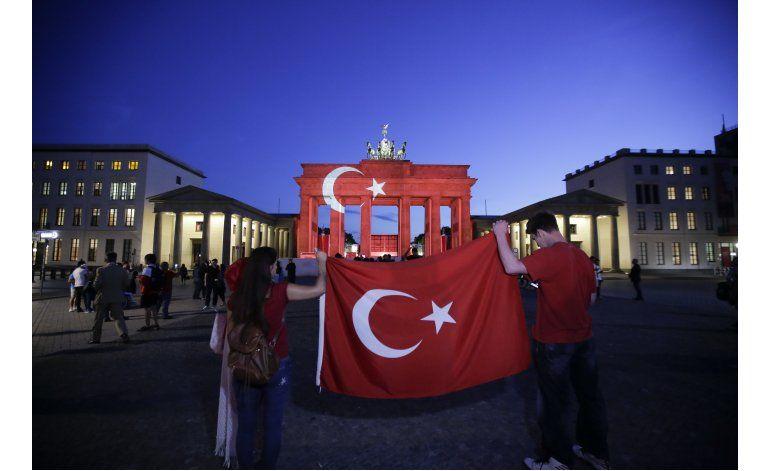 LO ULTIMO:Iluminan torre Eiffel con colores de bandera turca