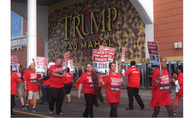 Empleados en huelga protestan frente a casino Taj Mahal
