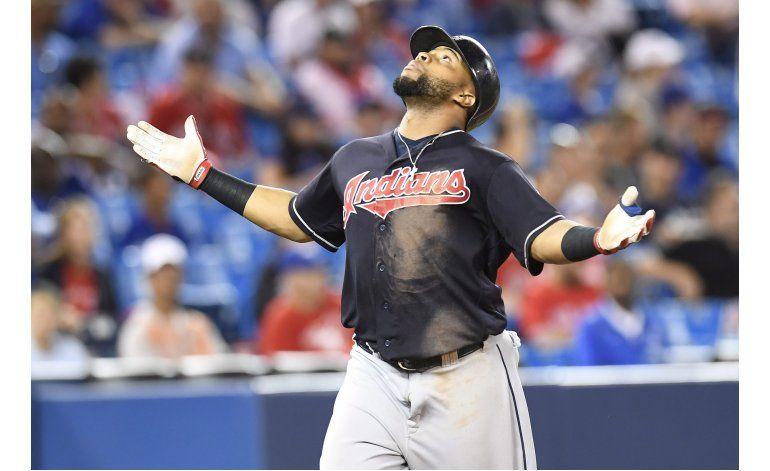 Santana define triunfo de Indios ante Azulejos en 19 innings