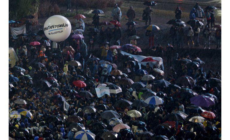 Cientos piden a Messi no deje la selección en Buenos Aires