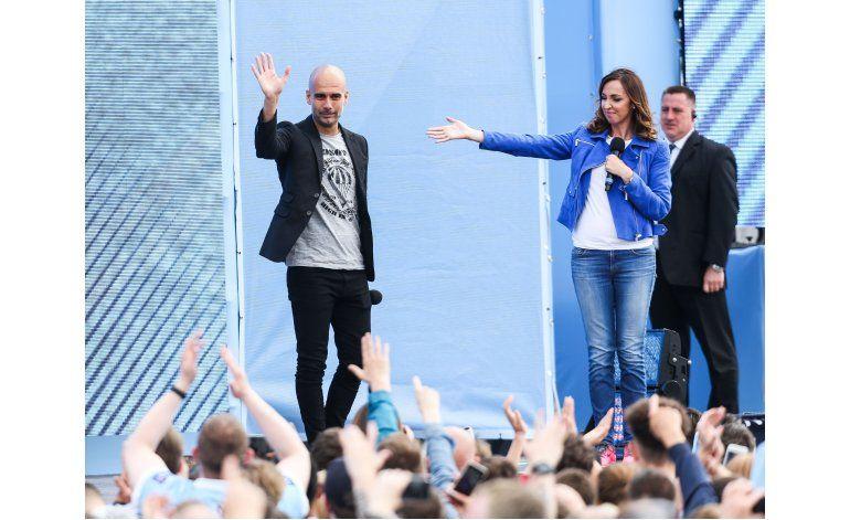 Guardiola se presenta como técnico del City ante aficionados