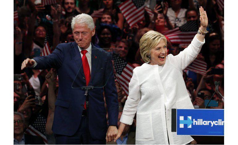 Clinton y sus aliados hacen hincapié en tenerle confianza