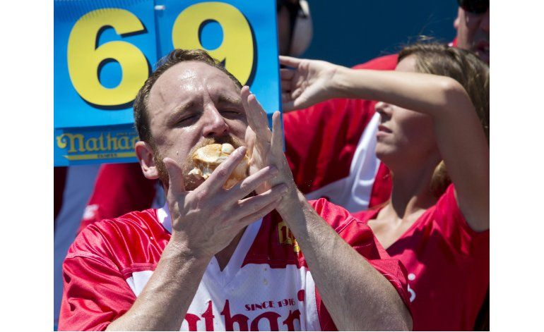 EEUU: Hombre rompe récord al comer 70 hot dogs en concurso