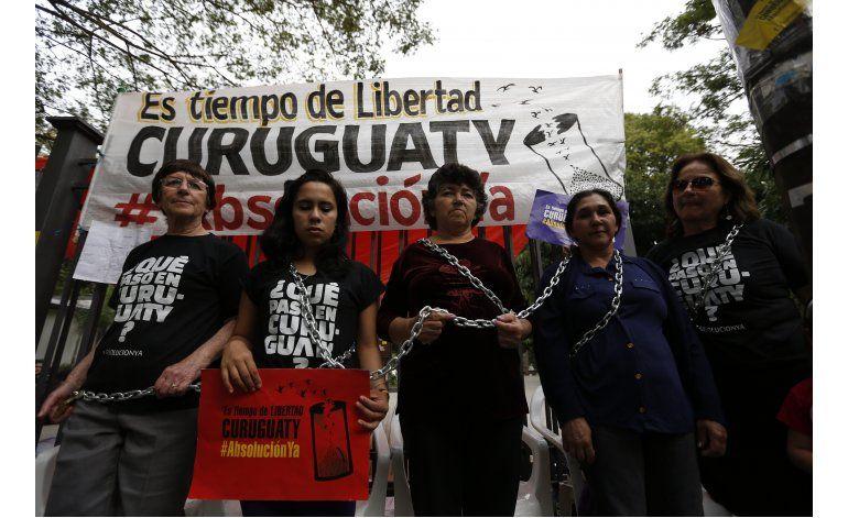 Paraguay: mujeres encadenadas piden absolución de campesinos