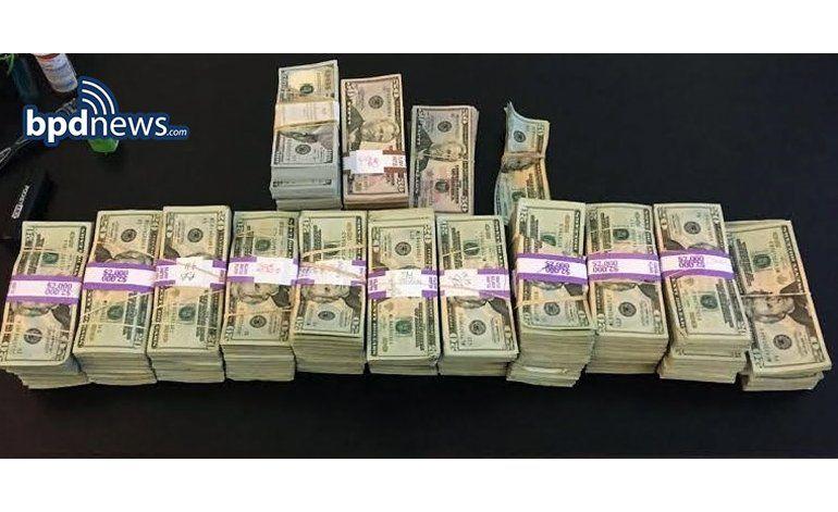 Taxista devuelve 187.000 dólares dejados en su auto