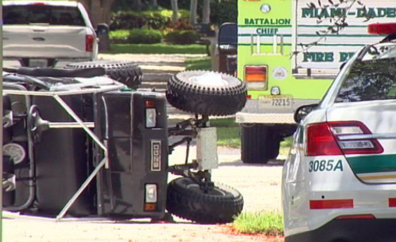 Dos menores continúan  hospitalizados tras un accidente en un carrito de golf en Palmetto Bay