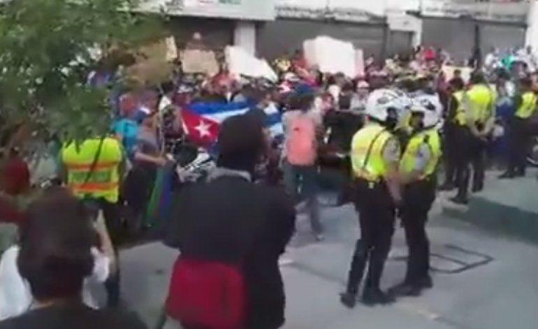 Policía ecuatoriana detiene a patadas y golpes con bastones  a decenas de manifestantes cubanos