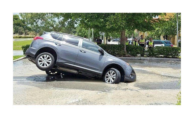 Camioneta cae parcialmente en un sumidero en Florida