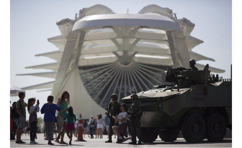 Soldado y vehículos blindados entre la seguridad en Río