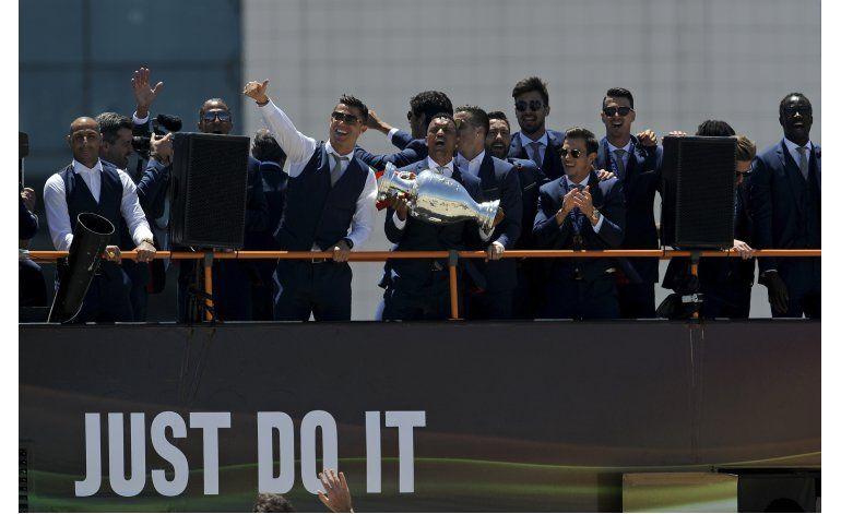 Miles de portugueses reciben a los campeones de la Euro