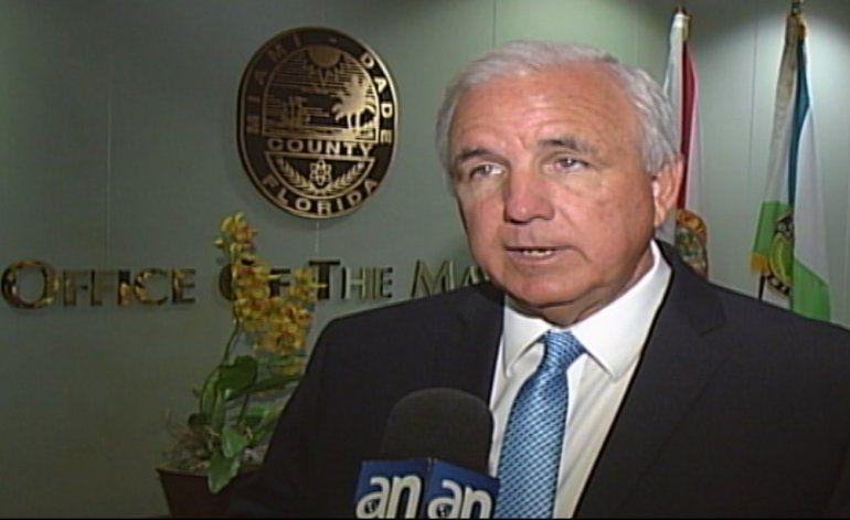 El alcalde republicano de Miami-Dade dice que votará por Hillary Clinton