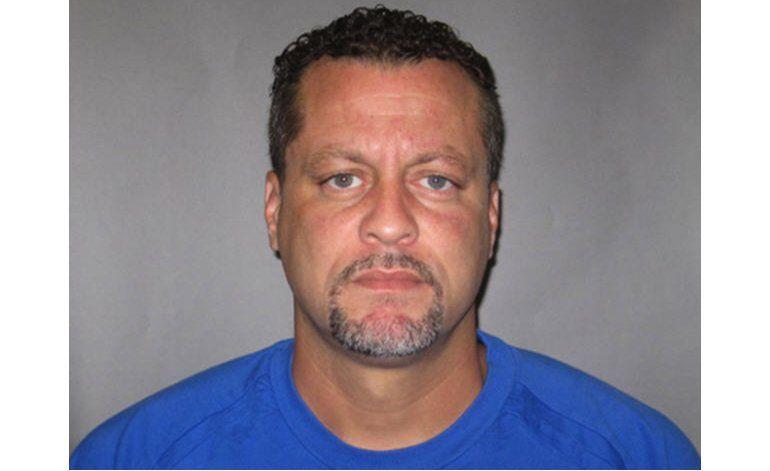 Detenido que mató a 2 en corte de Michigan estaba esposado