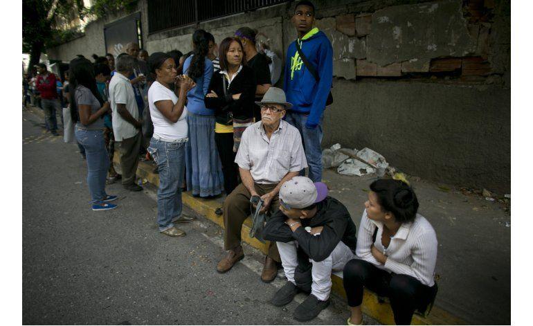 La vida en Venezuela transcurre en largas filas