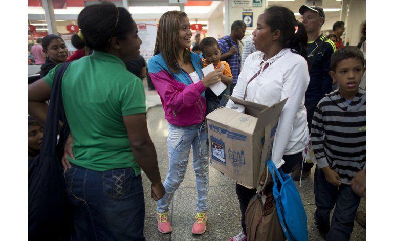AP Fotos: la vida de los venezolanos transcurre en una fila