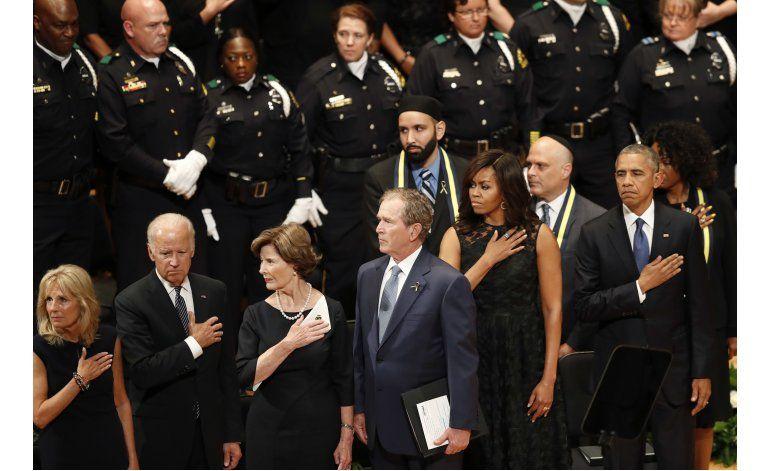 Obama rinde tributo a los policías asesinados en Dallas