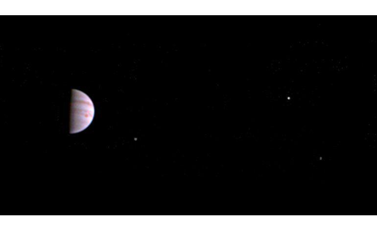 Explorador espacial Juno envía primeras fotos de Júpiter