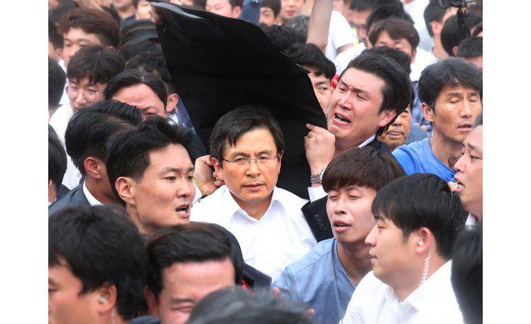 Lanzan huevos al primer ministro surcoreano en una protesta