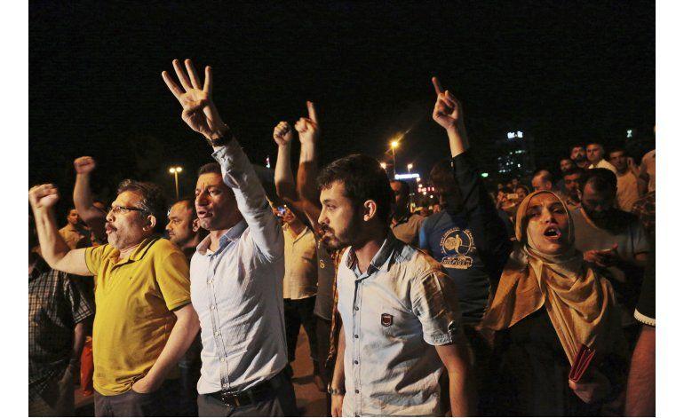 El gobierno turco dice estar al mando tras intento de golpe