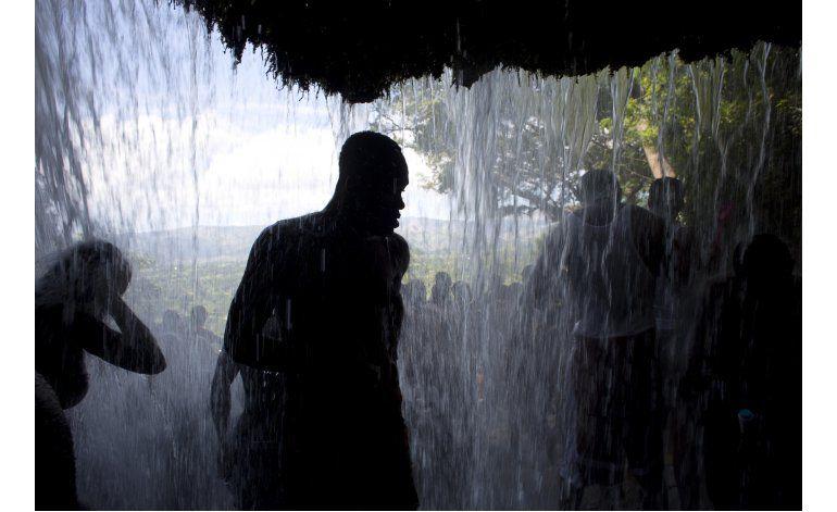 Haitianos peregrinan a cascada sagrada por festividad vudú