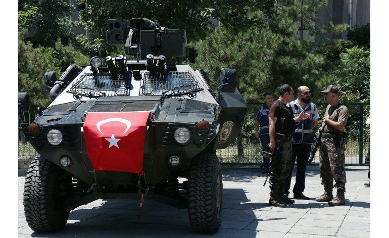 Turquía despide a funcionarios y policías tras golpe fallido