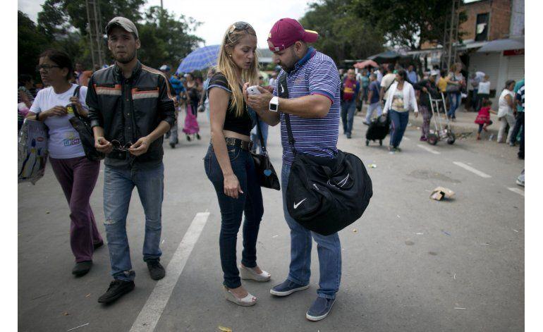 Venezolanos de clase media gastan sus ahorros en comida