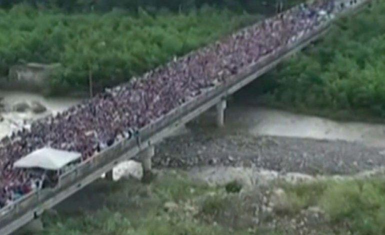 Más de cien mil venezolanos cruzan la frontera para comprar alimentos y medicinas en Colombia