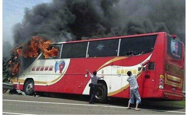 Taiwán: Mueren 26 en incendio de bus turístico, según medios