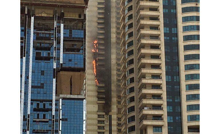 Se incendia rascacielos en Dubái; no hay heridos