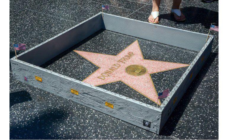 Muro miniatura rodea estrella de Trump en Hollywood