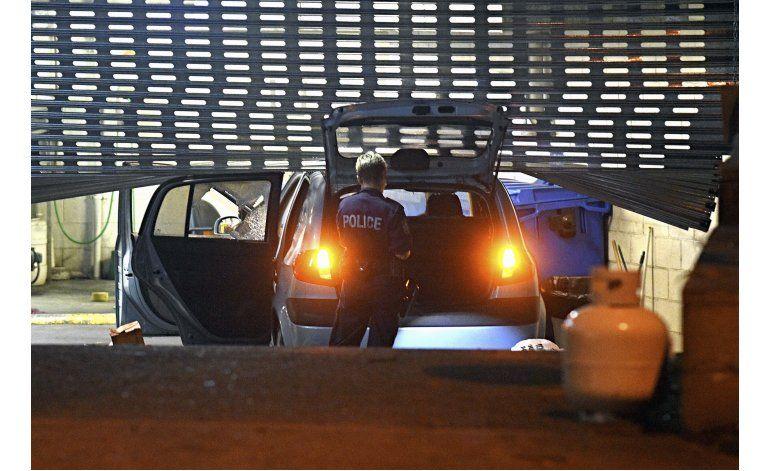Australia: Choca carro en llamas contra garaje policial