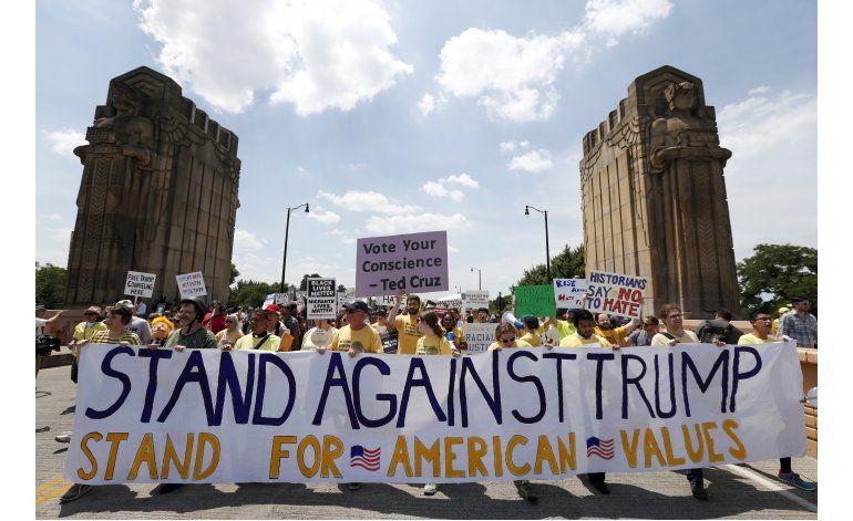 Despiden convención republicana con protestas contra Trump