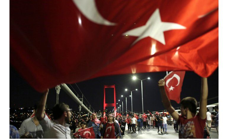 Presidente turco declara triunfo ante multitud
