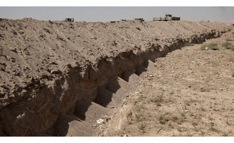 EXCLUSIVA AP: Irak excava una trinchera en torno a Fallujah