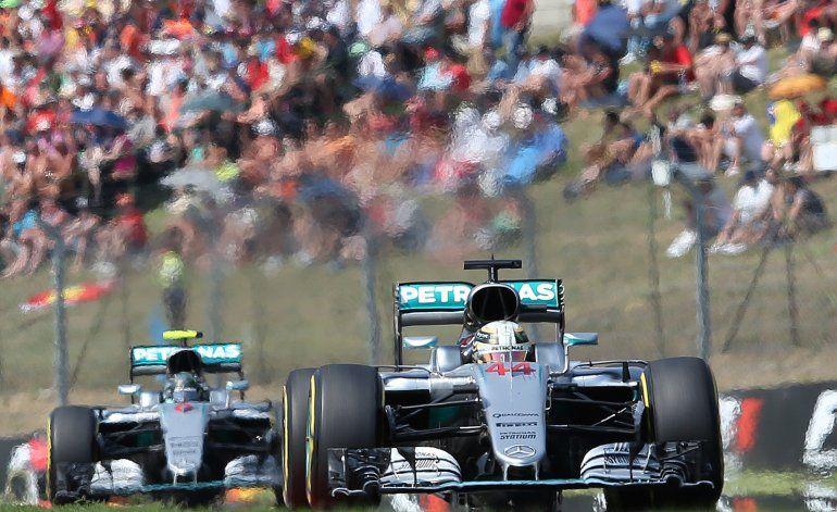 Hamilton gana en Hungría y arrebata liderato a Rosberg
