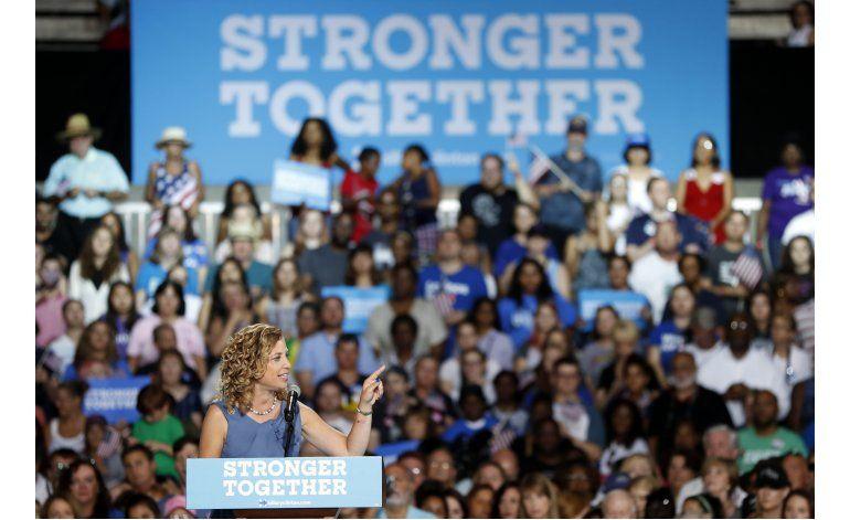 Correos comprometedores complican a demócratas