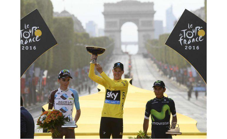 Con cerveza y champán, Froome festeja su 3er título del Tour