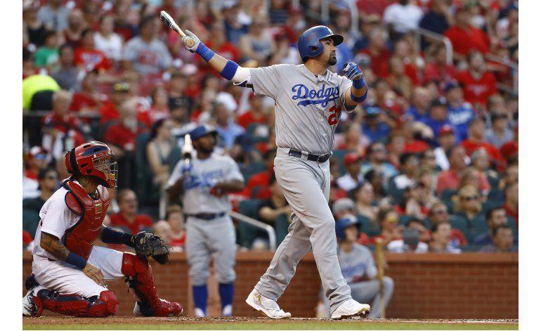 Dodgers ganan a Cardenales con batazos de González, Kendrick