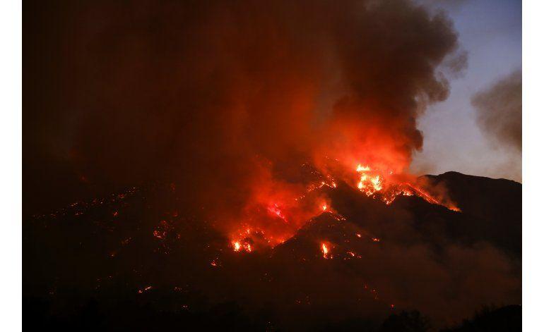 Vientos atizan incendio en Los Angeles; miles de evacuados