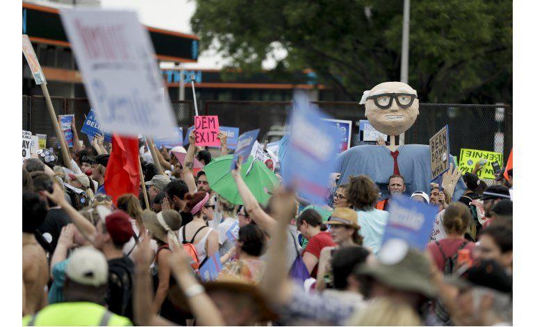 Partidarios de Sanders marchan en Filadelfia