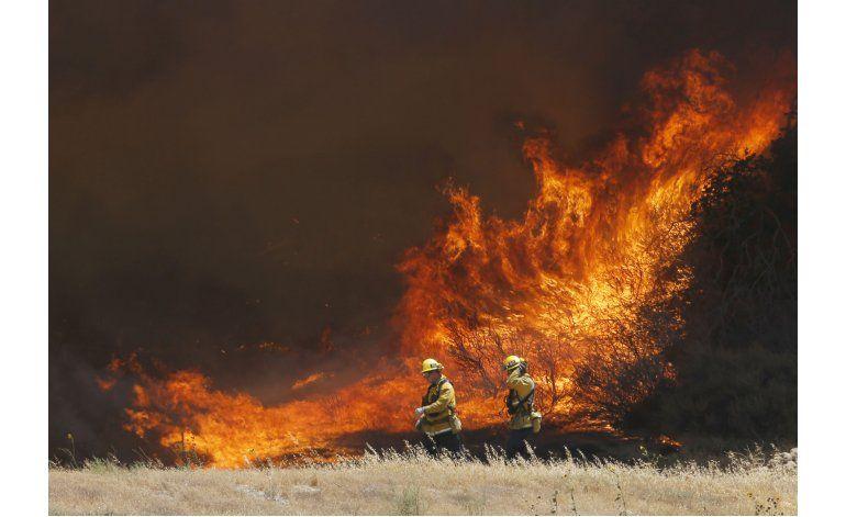 California: Evacuados regresan a casa pero incendio continúa