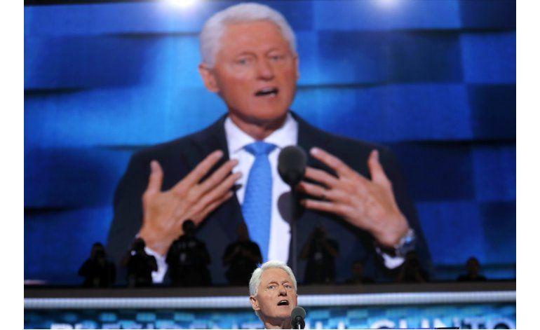 Clinton gana nominación, ve grietas en el techo de cristal
