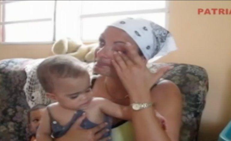 Madre cubana pide ayuda para su pequeña sin piernas