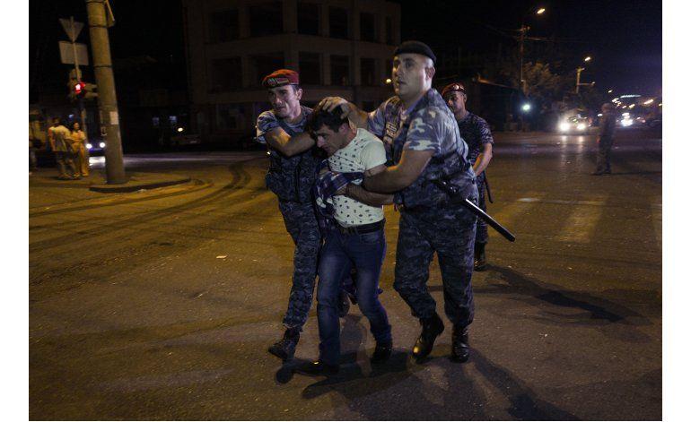 Hombres armados toman rehenes en Armenia